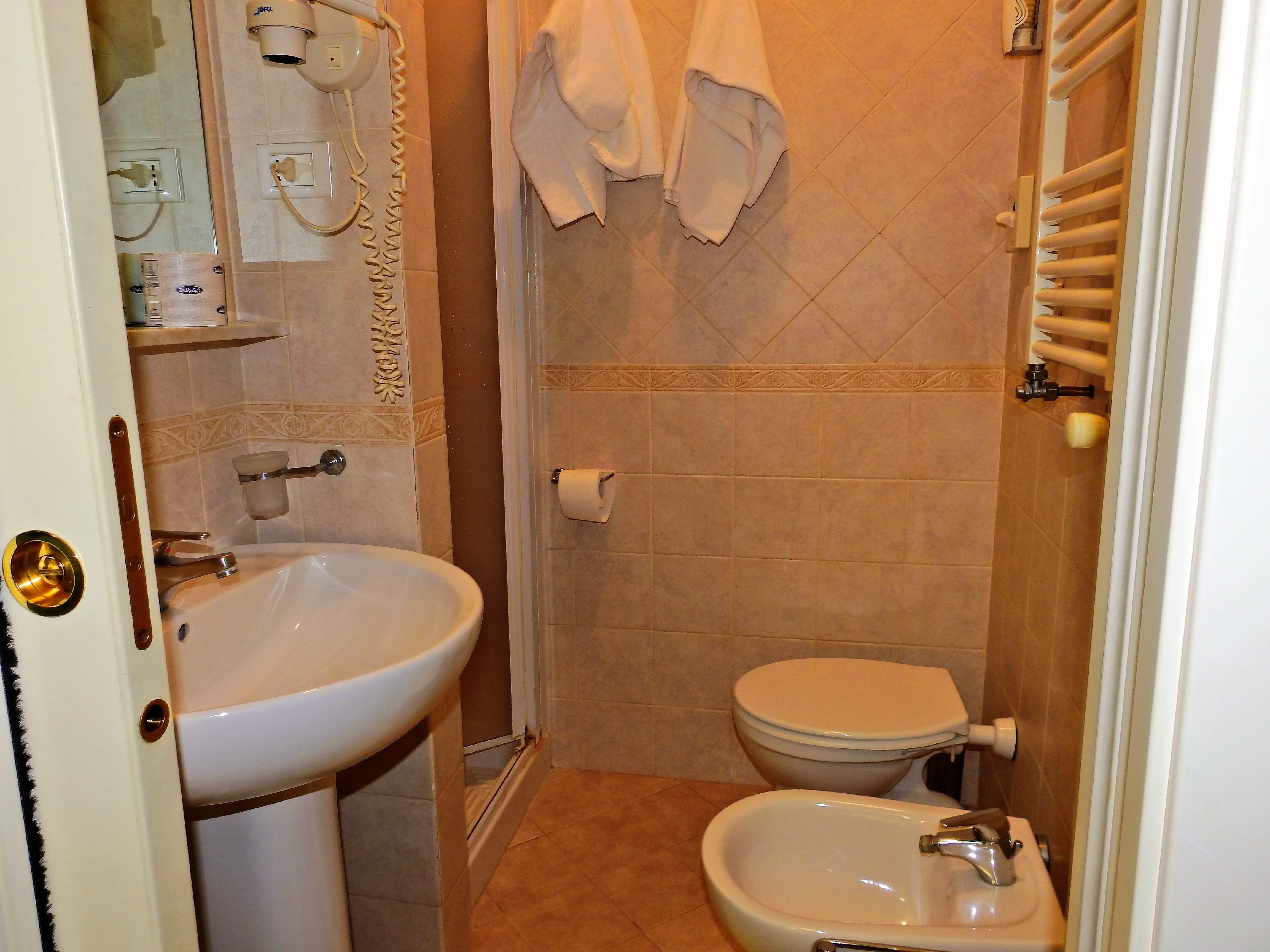 Camera tripla bagno privato hotel la torre pisa - Camping bagno privato ...